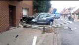 Sieraków. Renault zamiast skręcić, pojechał prosto i uderzył w dom. Był pijany