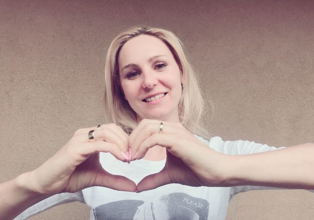 Chorobom  sercowym można zapobiec, prowadząc zdrowy styl życia. Które jego aspekty są dla naszego serca szczególnie ważne?  Podpowiada Olga Chaińska, nasz ekspert - dietetyk i trener personalny, właścicielka klubu Expert Fitness w Kielcach.Połowa Polaków umiera na choroby serca i naczyń. Na chorobę wieńcową choruje około 1-1,5 miliona osób w Polsce. Nadciśnienie tętnicze dotyka z kolei około 8 milionów Polaków, co druga osoba ma podwyższony poziom cholesterolu, a ponad 60 procent osób prowadzi szkodliwy, siedzący tryb życia. Jednak nie tylko te czynniki powodują zawały serca i inne choroby sercowo-naczyniowe. Serce to największy organ w ciele człowieka. Pracuje bez przerwy, pompując krew do naczyń krwionośnych. Szkodzi mu również tłusta dieta, nadwaga, brak ruchu, papierosy.Jak zadbać o serce? - Każdy może zrobić to sam bez żadnych cudownych leków. Aby pomóc naszemu sercu, warto zastosować się do kilku ważnych zasad - mówi Olga Chaińska.Jakich? Sprawdź na kolejnych slajdach >>>