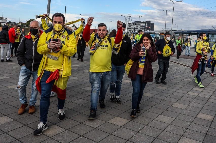 Kibice Manchesteru United i Villarrealu przed stadionem w Gdańsku. Jedni i drudzy z wiarą w wygranie Ligi Europy [zdjęcia]