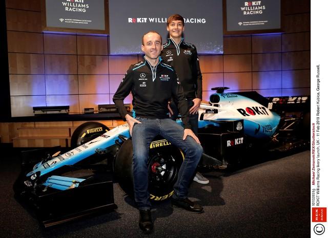 """Robert Kubica wrócił do Formuły 1 i chce zostać w niej dłużej niż na jeden sezon. Jeśli pokaże się z dobrej strony ma na to szanse, a co za tym idzie, na większe zarobki. Ile otrzymuje obecnie i jak dużo brakuje mu do najlepszych kierowców wedle doniesień kanału """"F1 Weekends""""? Sprawdź!"""