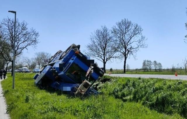 Na drodze krajowej 94 pod Oławą dźwig wpadł do rowu.