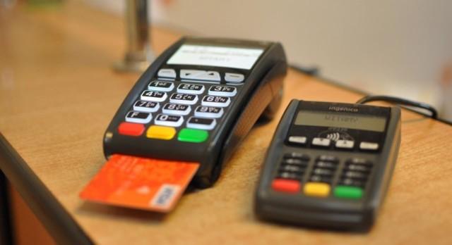 Okazuje się, że sprawca wykorzystał fakt chwilowego pozostawienia rzeczy przez 17-latkę, a następnie za pomocą karty płatniczej znalezionej w torebce dokonał trzech płatności zbliżeniowych w pobliskich sklepach