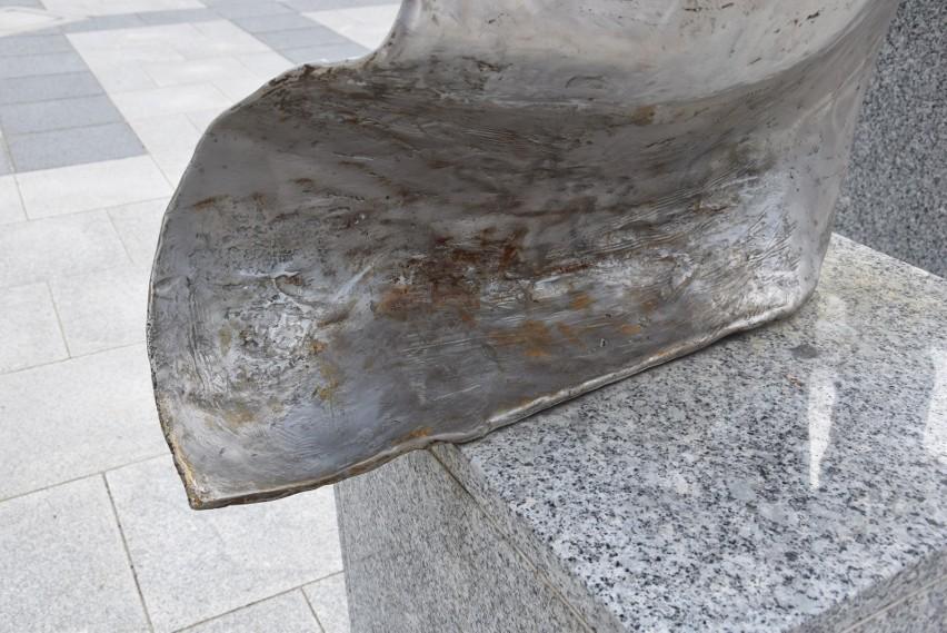 Na pomniku pojawiły się niewielkie plamy rdzy. Miasto...