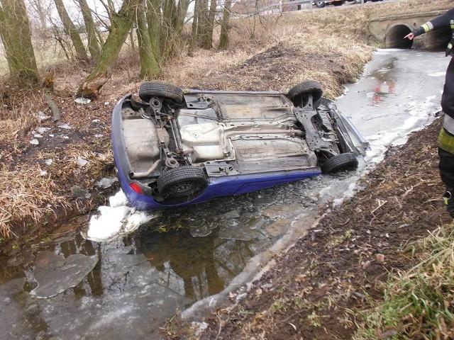 - Po przyjeździe na miejsce zdarzenia stwierdzono, iż samochód marki Ford wypadł z jezdni i zatrzymał się w korycie okolicznej rzeczki dachując.