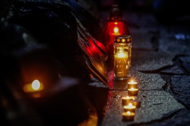 W mijającym roku pożegnaliśmy wiele wybitnych postaci. Na zawsze jednak pozostaną w naszej pamięci... Z okazji zbliżającego się dnia Wszystkich Świętych przypominamy sylwetki tych, którzy zmarli w mijającym roku.ZOBACZ TEŻ   ZMARLI 2018: ZOBACZ, KTO ZMARŁ W TYM ROKU. POLITYCY, SPORTOWCY, ARTYŚCI, AKTORZY, MUZYCY... ONI ODESZLI OD NAS W CIĄGU OSTATNICH 12 MIESIĘCYOdeszli w 2015 roku [ZMARLI 2015] Aktorzy, piosenkarze, artyści, politycy, sportowcy... [KTO ZMARŁ]