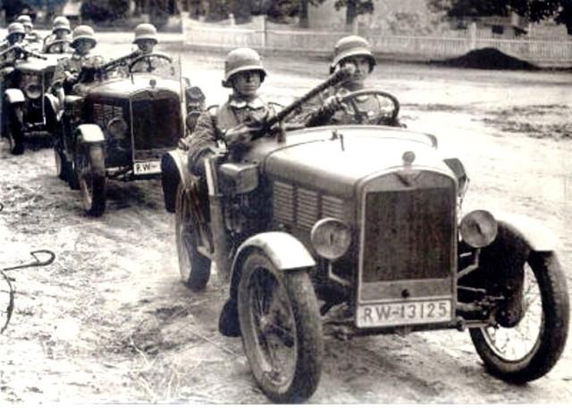 Żołnierze Reichswehry w rozpoznawczych Kubelwagenach BMW DA1 3/15 PS