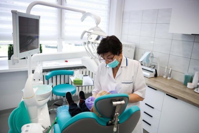 Korzystając z danych GUS za 2019 rok sprawdziliśmy ile jest stomatologów w powiatach Podkarpacia.