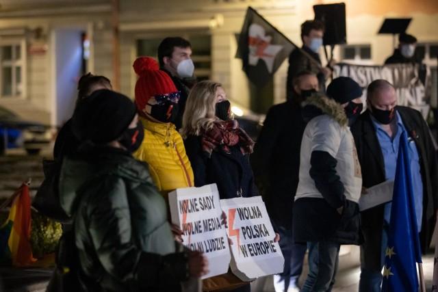 Pierwsza legalna manifestacja w Bydgoszczy, zorganizowana przez KOD w obronie wolnych sądów i niezależnych mediów.