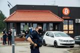 """Akcja policji w """"klubie"""" Bitcoin przy Jana Pawła II. Kilkudziesięciu mundurowych weszło do środka [zdjęcia]"""