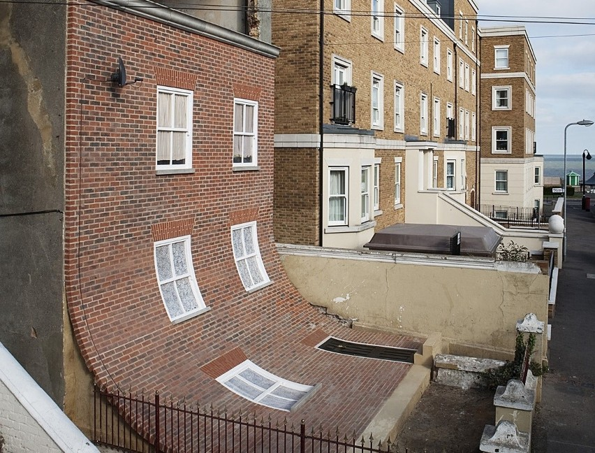Alex Chinneck to brytyjski artysta, którego pasją jest niezwykła architektura. W ciągu swojej kariery stworzył on wiele niesamowitych budynków-rzeźb, obok których nie sposób przejść obojętnie. Chinneck tworzy także szalone wariacje na temat elementów przestrzeni miejskiej takich jak parkingi czy skrzynki pocztowe. Prezentujemy najciekawsze z jego prac.Licencja