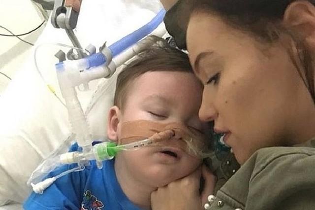 Alfie Evans, ma niespełna 2 latka i walczy o życie w szpitalu w Liverpoolu - wbrew lekarzom i wbrew woli sądu, który wyraził zgodę na odłączenie dziecka od aparatury podtrzymującej życie.