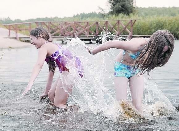 Julita z Kramska i jej kuzynka Kasia z Kargowej uwielbiają zabawę w kanale Obrzycy.