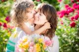 ŻYCZENIA NA DZIEŃ MAMY 2021. Piękne życzenia dla matki na 26 maja. Wzruszające wiersze i zabawne rymowanki