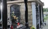 Skandal w Kętach. Urządzili libację na cmentarzu