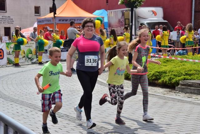 Migawka z biegu sztafetowego na 966 kilometrów, który kilka miesięcy temu odbył się w Gniewkowie