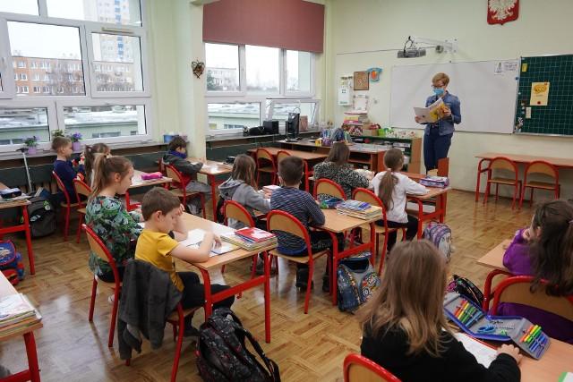 Dodatkowe pieniądze z subwencji oświatowej zostały przeznaczone na dodatkowe zajęcia dla uczniów wracających do kształcenia stacjonarnego. Zdjęcie ilustracyjne
