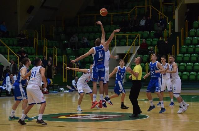 Koszykarze KSK Noteć Inowrocław po raz pierwszy w tym sezonie przegrali mecz na własnym parkiecie. Pokonała ich ekipa Pogoni Prudnik 78 do 68.