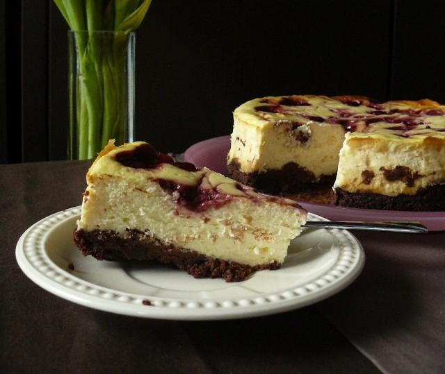 Waniliowy sernik na spodzie z brownie z konfiturą wiśniową. Zobaczcie przepis!