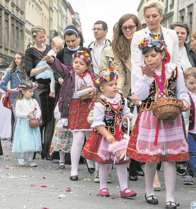 Tysiące krakowian szły w procesji z Wawelu na Rynek Główny