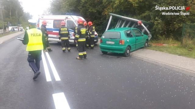 Volkswagen polo prowadzony przez kobietę w ciąży wjechał w przystanek autobusowy