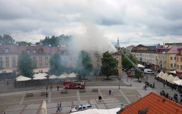 Strażacy gaszą pożar kamienicy na Rynku Kościuszki