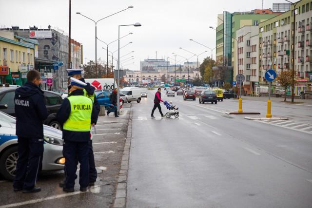 Policja  przypomina o zmianie kół na zimowe, bo ma to duży wpływa na bezpieczeństwo na drodze.