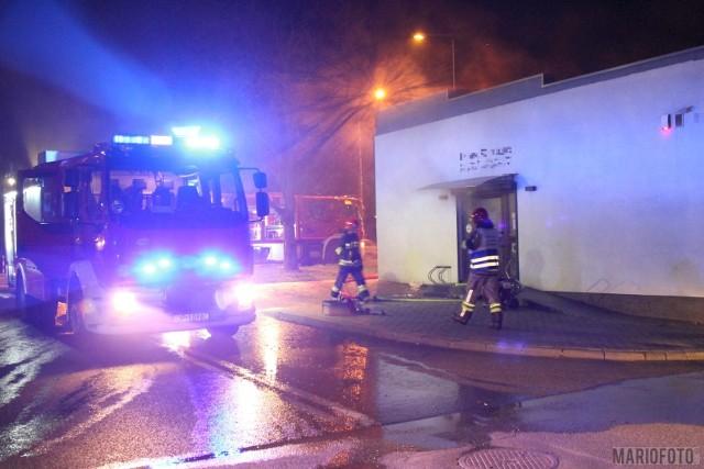 Cztery zastępy strażaków gasiły pożar salonu fryzjerskiego przy Ozimskiej w Opolu, który wybuchł we wtorek przed godziną 21.00. Według pierwszych ustaleń wynika, że zapaliło się jedno z urządzeń AGD. Strażacy szybko ugasili pożar, konieczne było oddymienie pomieszczeń.