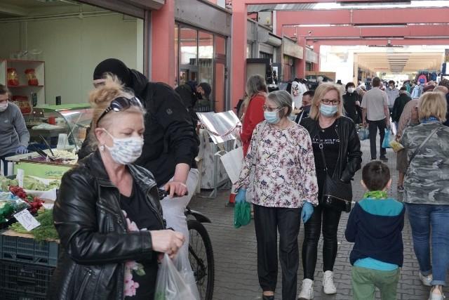 Maseczki, rękawiczki, przyłbice i straż miejska - tak dziś wygląda handel na łódzkim targowisku Górniak - kupujących mniej niż zwykle, ale są i robią zakupy. Jak wygląda życie na targowisku w czasie pandemii? Zobacz zdjęcia na kolejnych slajdach