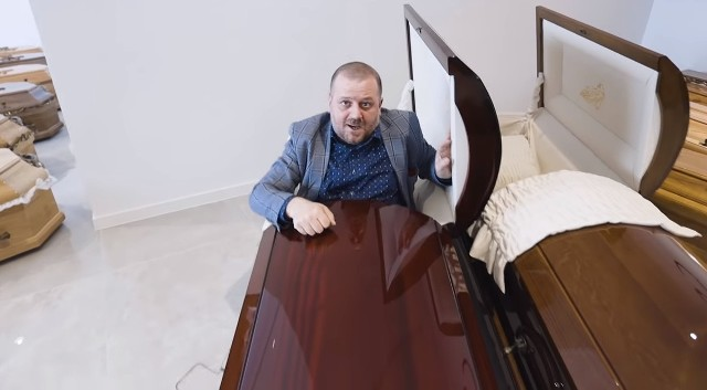 Burmistrz Wieruszowa Rafał Przybył w kontrowersyjny sposób komentuje pomysł przeprowadzenia w maju wyborów prezydenckich. Burmistrz do wyborców i polityków przemówił z trumny.Zobacz zdjęcia i film na kolejnych slajdach
