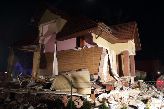 Inspektor nadzoru budowlanego, który pojawił się na miejscu, stwierdził, że budynek nie nadaje się do zamieszkania. Zniszczony dom był użytkowany zaledwie od kilku lat. Jego właściciele w jednej chwili stracili dorobek całego życia.