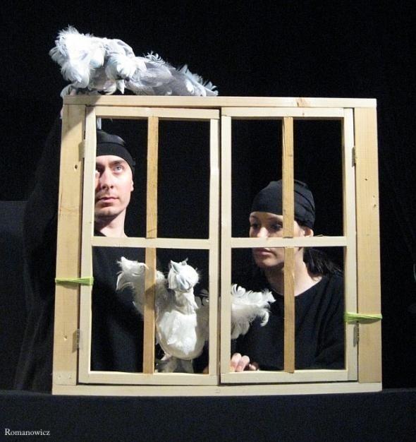 """W spektaklu """"Marzenie"""" aktorzy wykorzystują zarówno maski i pacynki."""