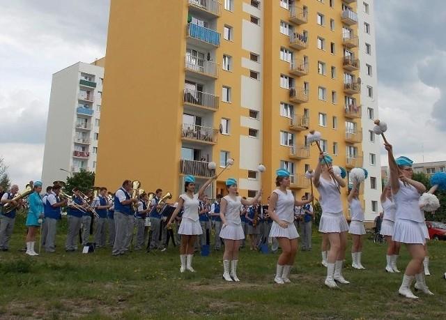 Koncert na trawniku przed blokiem?! Orkiestra z Wolsztyna dała radę, chociaż atakowały ją meszki.