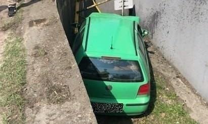 Pijany kierowca stracił panowanie nad samochodem i wjechał na chodnik, którym szła 80-letnia kobieta; Zobacz kolejne zdjęcia. Przesuwaj zdjęcia w prawo - naciśnij strzałkę lub przycisk NASTĘPNE >>>