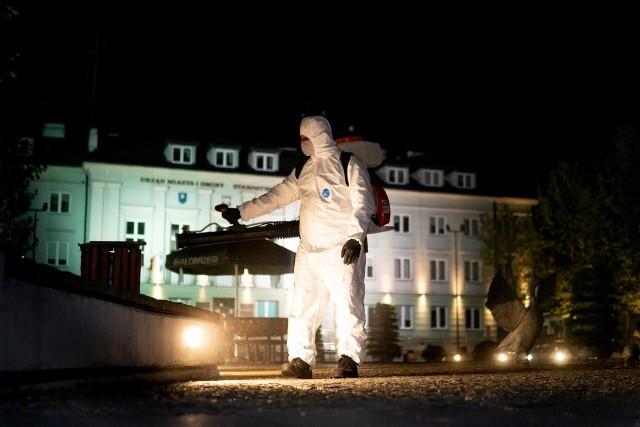 Strażacy ze Starych Żdżar dezynfekowali między innymi plac Zygmunta Starego w Białobrzegach.