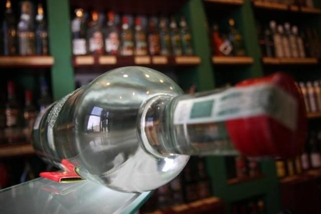 Takiego przypadku nie było w Łodzi od lat. Kontrola przeprowadzona w miniony piątek przez urzędników magistratu w asyście strażników miejskich ujawniła, że w sklepie spożywczym przy ul. Szarej handlowano alkoholem bez wymaganego na to zezwolenia od miasta.