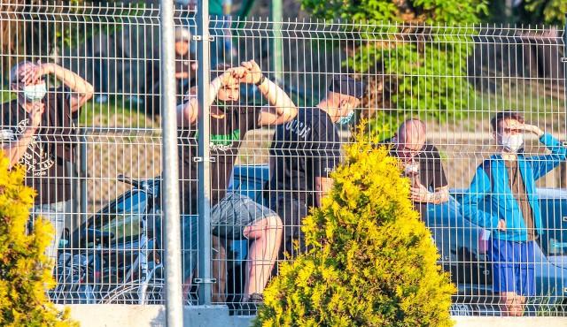 Kilkunastu kibiców środowy mecz z Termaliką Nieciecza oglądało zza ogrodzenia stadionu przy ulicy Narutowicza 9. W niedzielę 999 widzów zobaczy mecz już z wysokości trybun.