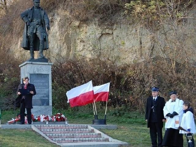 Przemówienie przed pomnikiem Józefa Piłsudskiego wygłosił Michał Szczerba, przewodniczący Rady Gminy.