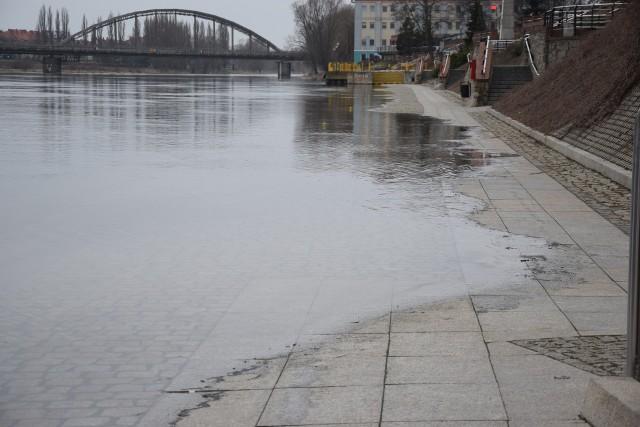 W poniedziałek 1 marca rano stan wody w Warcie wynosił 340 cm. Przez ostatnie 11 dni woda podniosła się aż o 46 cm.W środę 3 marca wodomierz przy moście Lubuskim wskazał 344 cm