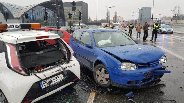 Karambol przy dworcu Łódź Fabryczna. Na al. Scheiblerów zderzyły się 24 samochody, w tym radiowóz, autobus i samochód MPK