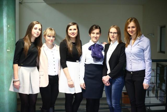 Dziesięcioro studentów Uniwersytetu Technologiczno-Humanistycznego w Radomiu  - wszystkie panie - otrzymało prestiżowe Stypendia Ministra Nauki i Szkolnictwa Wyższego za wybitne osiągnięcia w nauce. Na zdjęciu prezentujemy szóstkę studentek Wydziału Ekonomicznego.