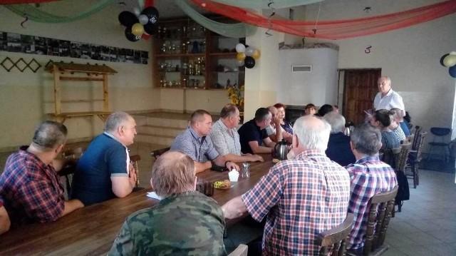 Mieszkańcy gminy Płużnica spotkali się 28 lipca w świetlicy wiejskiej w Czaplach, aby ustalić plan działania, mający na celu powstrzymanie budowy instalacji do przetwarzania odpadów gumowych w procesie pirolizy przez firmę Green Peaks Energy Sp. z o.o. w Płużnickim Parku Inwestycyjnym w Bartoszewicach w powiecie wąbrzeskim