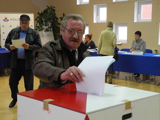 Głosowanie w lokalu wyborczym mieszczącym się w Urzędzie Miasta w Kołobrzegu