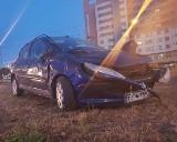 Samochód uderzył w latarnię i koziołkował. Pasażerowie autokaru postawili auto na koła ZDJĘCIA, FILM