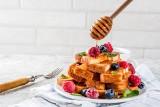 Pomysł na śniadanie: tosty francuskie z miodem i sezonowymi owocami [PRZEPIS]