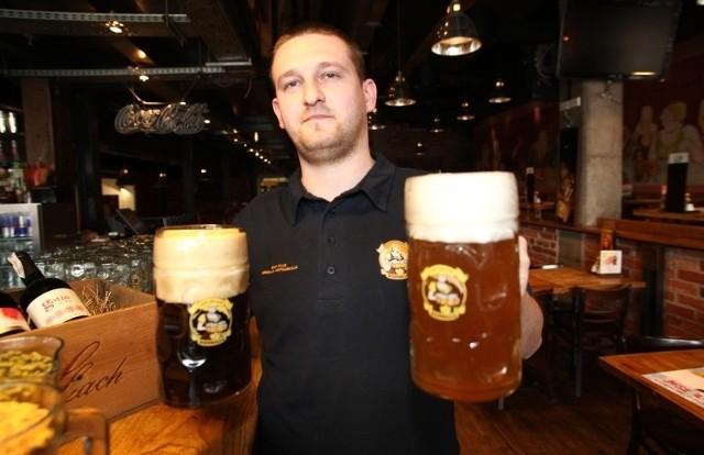 - Na targach pokażemy cztery rodzaje wytwarzanego u nas piwa, w tym pszenicznego weizena (z lewej) i podwójnego koźlaka (z prawej), mówi Krzysztof Zawlik, piwowar z browaru Bierhalle.
