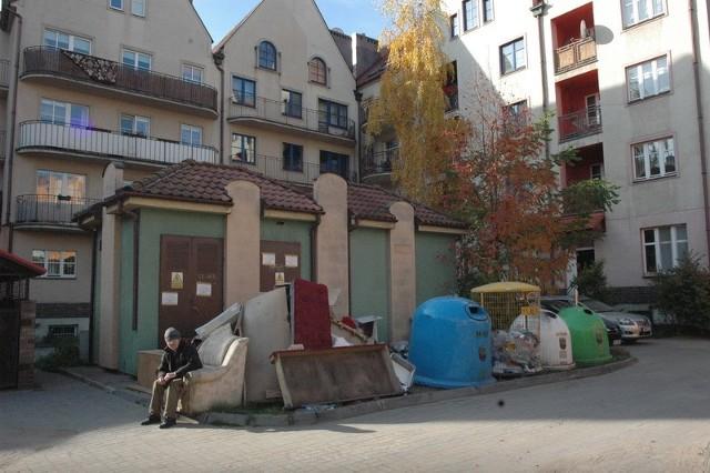 - To mieszkańcy wynoszą nocą te śmieci - przyznał pan Marek, który pomaga przy sprzątaniu sąsiedniego kawałka podwórka za drobne i papierosy.