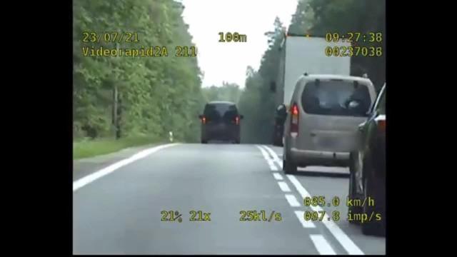 Policja apeluje o przestrzeganie przepisów ruchu drogowego i kierowanie się rozsądkiem na drodze. Ten kierowca mercedesa za nic miał jedno i drugie.