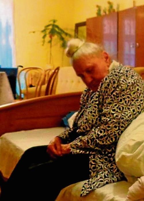 Matką księdza opiekuje się teraz jej córka. Rodzina kapłana ma do niego żal, że interesuje go tylko prawo do lokalu