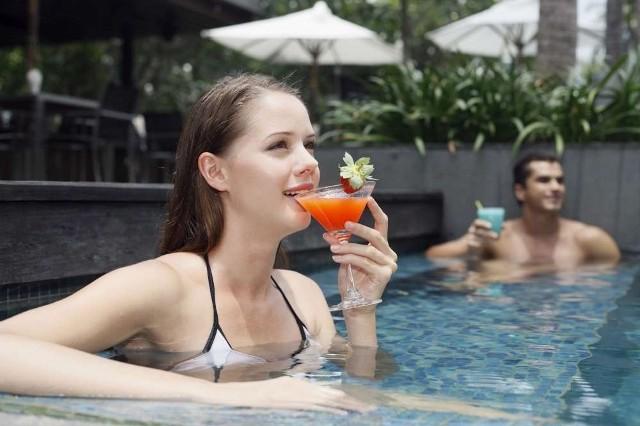 Osoby, które przychodzą na termy, by się zrelaksować, a nie popływać, nie spędzą czasu na pogawędce przy drinku