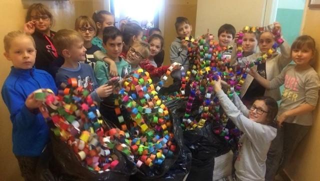 Uczniowie Szkoły Podstawowej imienia Marszałka Józefa Piłsudskiego w Opatowcu z dumą prezentują ogromny łańcuch z papieru, jaki wykonali w ramach ogólnopolskiej akcji Łańcuch Dobra.